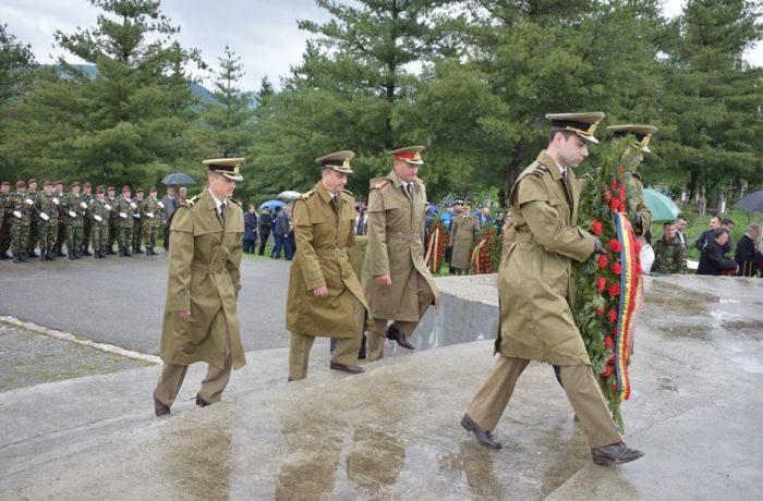 Militarii din Garnizoana Dej donează sânge în cadrul activităților dedicate Zilei Armatei României