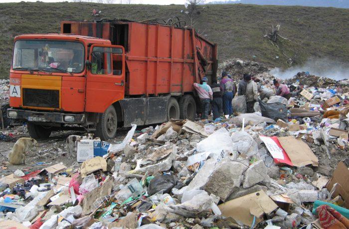 Taxarea la groapă a deșeurilor, cu 80 lei pe tonă, a fost suspendată