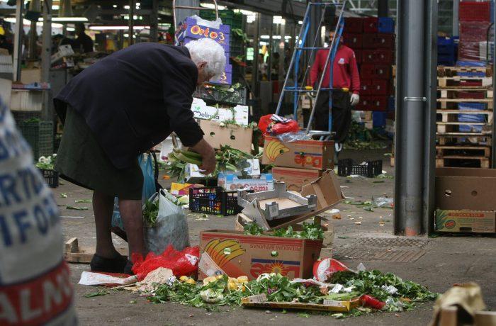 INS: 69,6% dintre gospodăriile româneşti se zbat în sărăcie