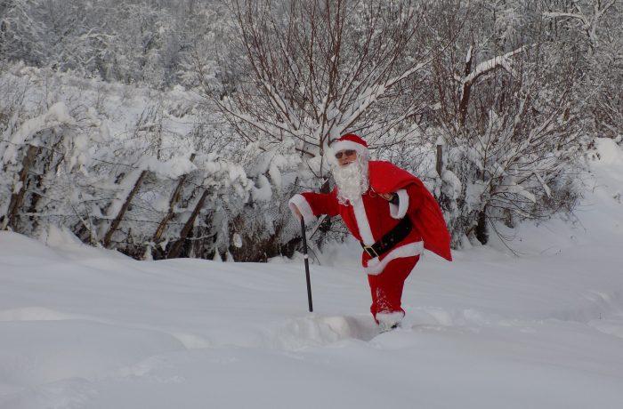 Moș Crăciun, cu plete dalbe, a ajuns la copiii din Strâmbu și Jichișul de Jos