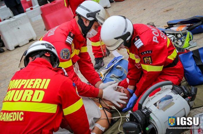 Ambulanță dejeană aflată în misiune, lovită de un taximetru