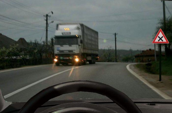 Șoferii vor fi obligaţi să folosească, în timpul zilei, luminile de întâlnire