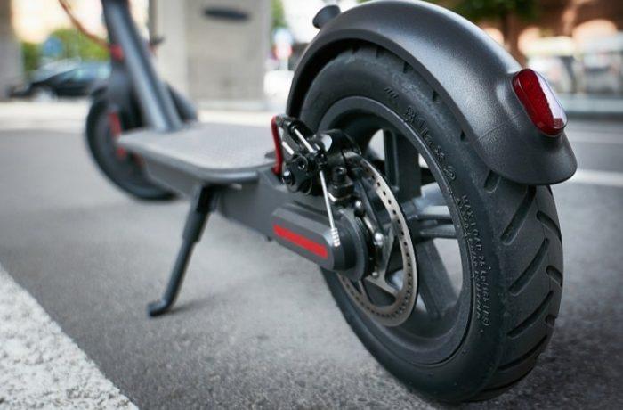 Fără trotinete electrice pe trotuare!