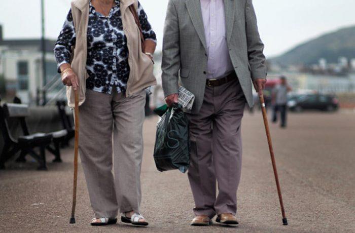 Vârstnicii vor avea două intervale de ieșit din casă