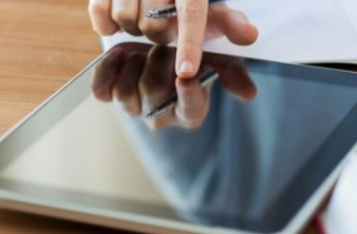 Guvernul cumpără tablete pentru elevii care nu au acces la cursurile online