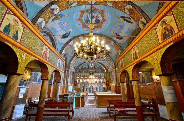 Se reiau slujbele religioase în interiorul lăcașurilor de cult