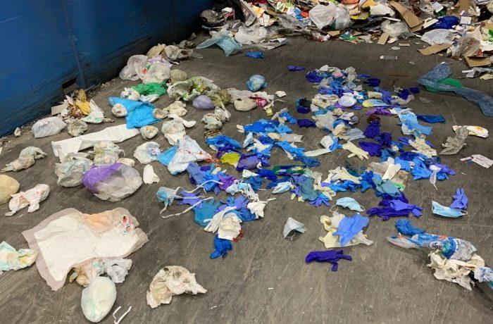 Noul tip de poluare: măști și mănuși de protecție aruncate peste tot
