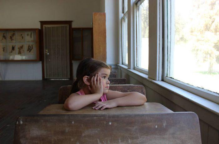 În plină pandemie, se pot autoriza școlile fără apă curentă și fără WC-uri, dar se interzic sobele din teracotă