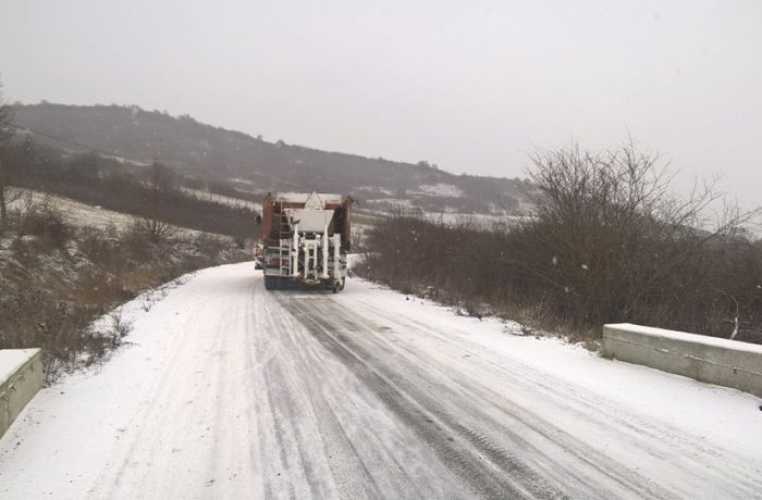 Peste 960 de tone de material antiderapant folosite în intervențiile pe drumurile din județul Cluj